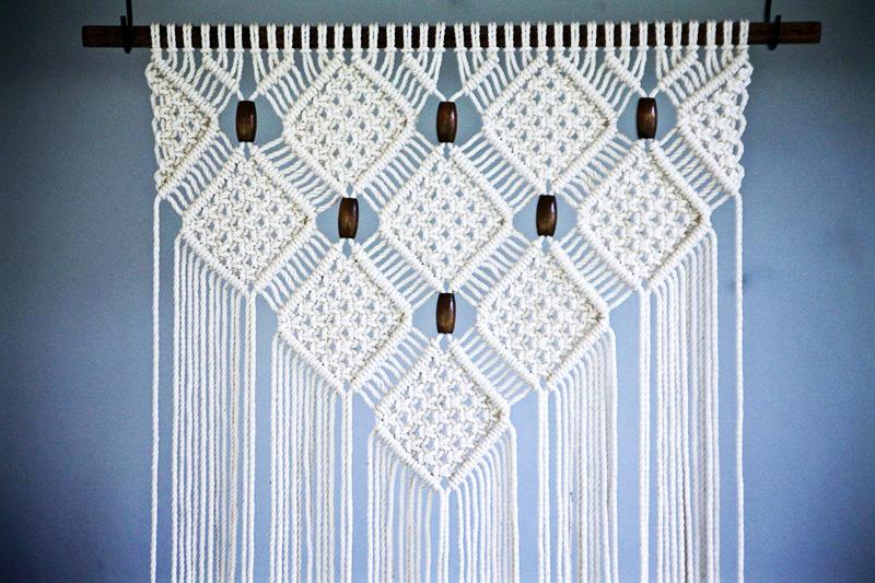 Для лета лучше всего сделать плотные занавески с насыщенным орнаментом, но из светлых ниток