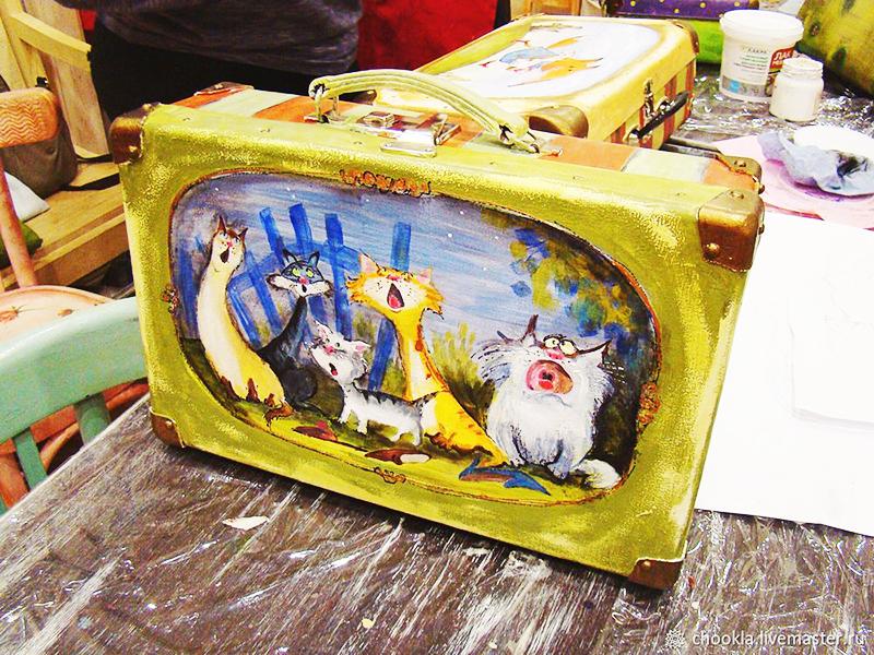 Обратитесь в художественную мастерскую, и у вас может появиться вот такой эксклюзивный чемодан