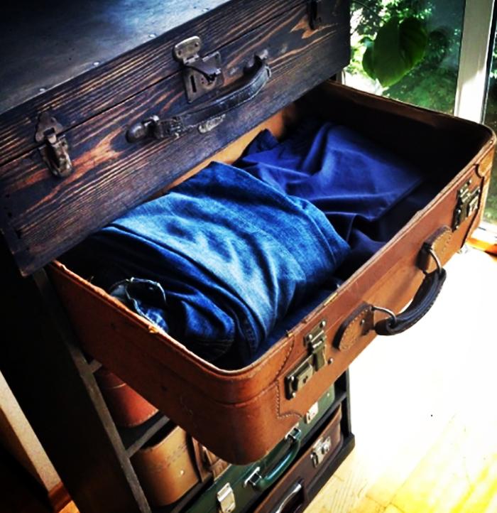 Подобным способом можно разместить чемоданы и под кроватью, так будет легко использовать их как выдвижные ящики