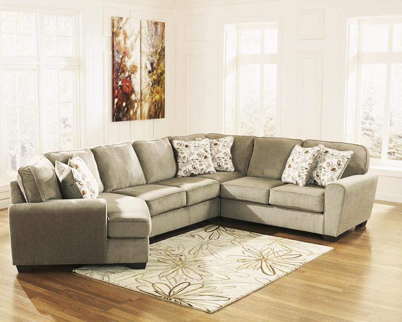 Из-за нехватки места во многих квартирах угловые диваны стоят возле окон, закрывая проход