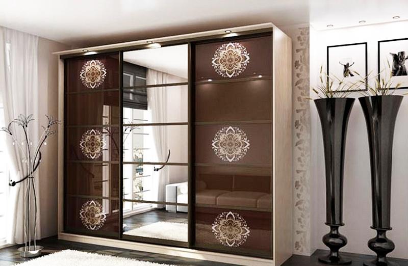 Если вам нравятся шкафы-купе, приобретайте те модели, которые доходят до потолка, либо выбирайте мебель в цвет стен, чтобы создать визуальное ощущение простора в комнате