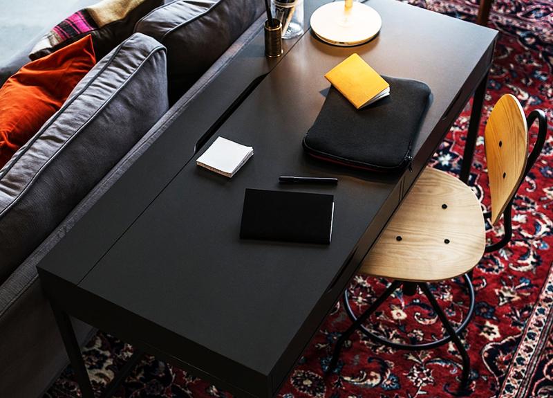 Стол снабжён ящиком для канцелярских принадлежностей, также можно спрятать провода в специальном встроенном отделении