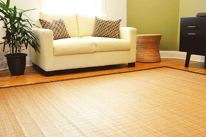 Бамбуковая циновка хорошо сочетается даже с классической мебелью