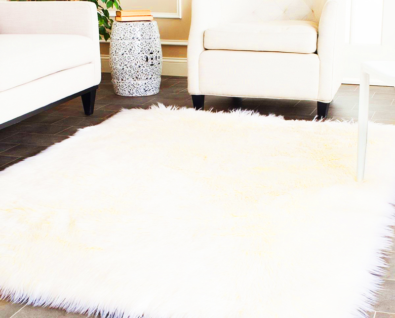 Коврик из меха – центральный элемент, вокруг которого выстраивается композиция из мебели и других предметов интерьера