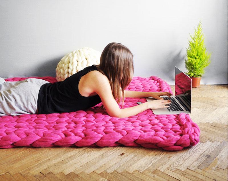 Изделия из шерсти мериноса стоят недёшево, но вы можете сплести такой плед-ковёр своими руками