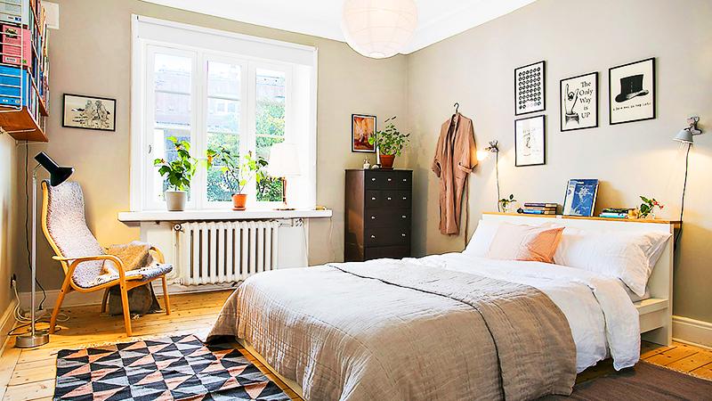 Используйте больше элементов декора – фотографий в рамках, постеров, книг и текстиля – они добавляют спальне очарования и уюта. Также добавьте несколько цветочных горшков, расставьте их на подоконнике и комоде
