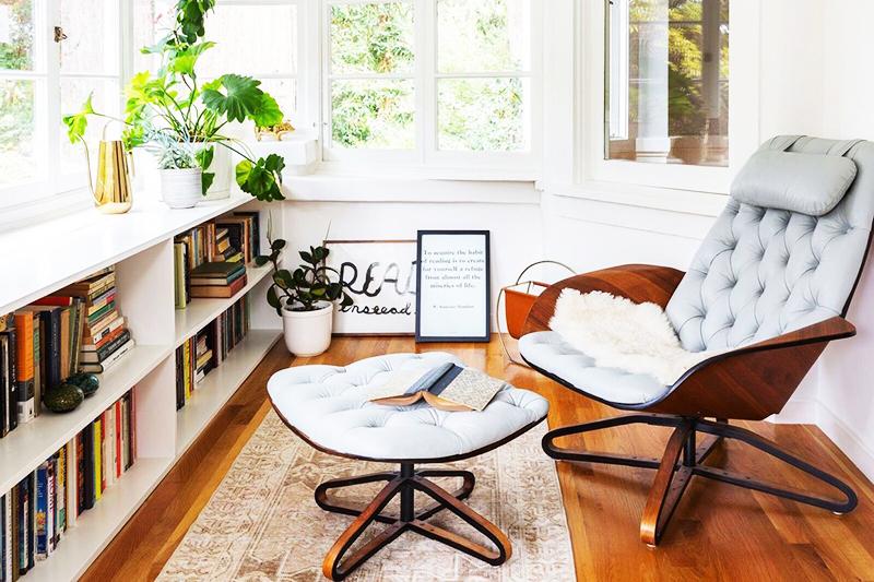 Главная задача – найти удобное кресло или тахту, поставить пуф для ног и подобрать текстиль. Заполняйте уголок своими любимыми вещами: книгами, картинами, комнатными растениями в горшках