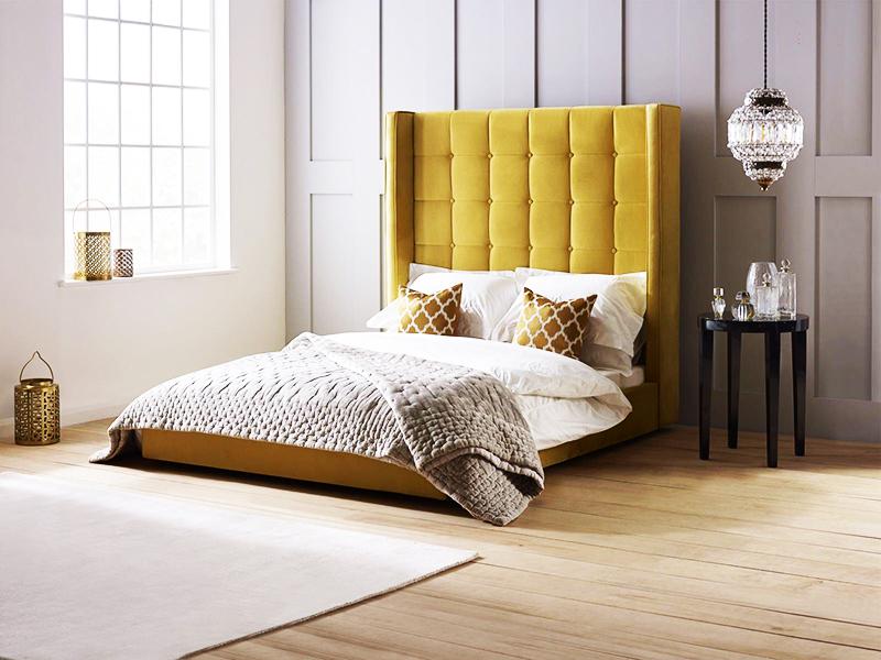 Стильный вариант – выбор мягкого изголовья, подходящего по цвету к корпусу кровати. Оно может быть как цельным, так и сложенным из отдельных «подушек»