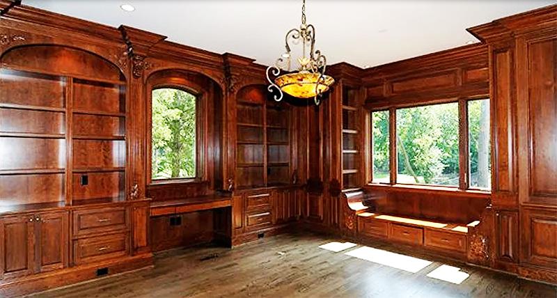Для пола выбрали более светлое дерево, благодаря этому кабинет не выглядит мрачным