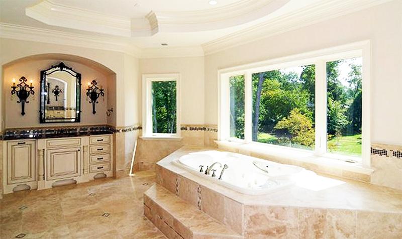 Чаша ванны установлена на невысоком подиуме