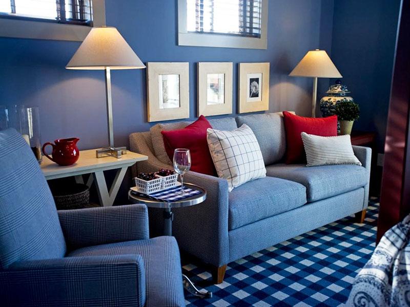 Клетчатый сине-белый ковёр придаёт особый стиль и уют комнате
