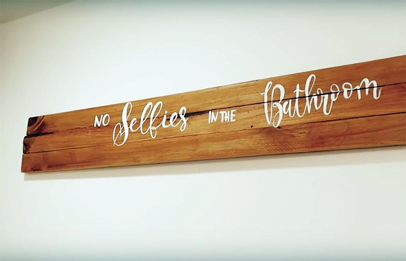 Автор переделки продублировала полку вот таким деревянным панно с надписью, сделанным своими руками. Просто и оригинально. А повесить его можно даже на двусторонний скотч