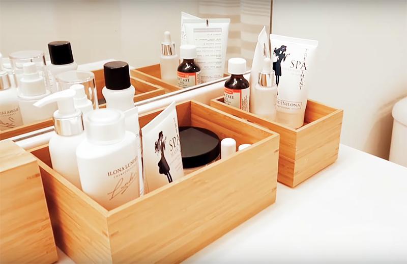 Если вы использовали в оформлении ванной натуральное дерево – то продолжите этот мотив и в аксессуарах. Это могут быть небольшие ящики или стаканы, подставки для щёток и тому подобное