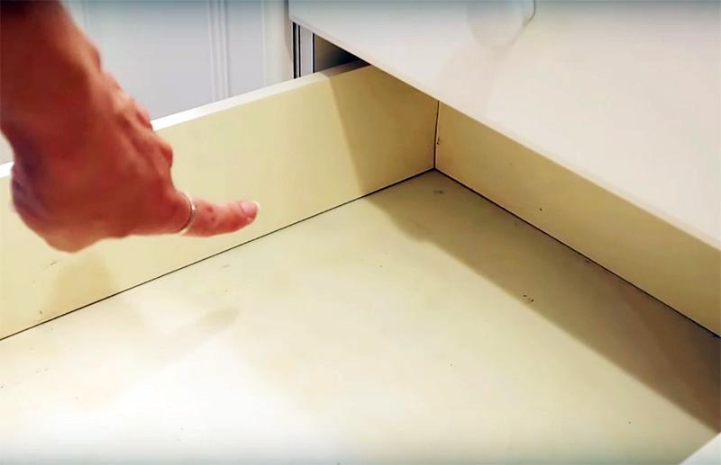 Внутренняя поверхность шкафов тоже страдает от влаги: на ней появляются пятна и другие повреждения краски