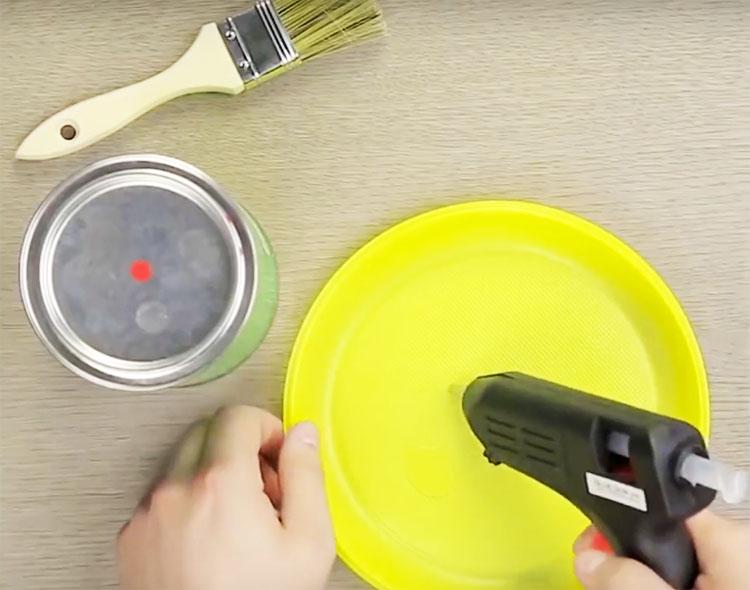 Возьмите одноразовую пластиковую тарелку и нанесите на неё термоклей