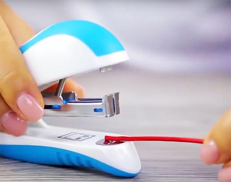 Вам может помочь самый обычный канцелярский степлер. С его помощью можно зачистить тонкий провод