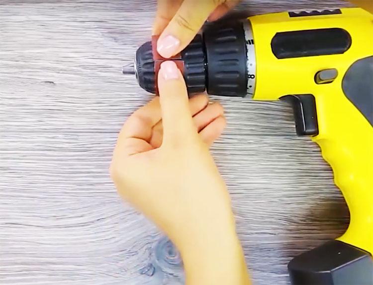 Оберните полоской головку шуруповёрта, как показано на фото