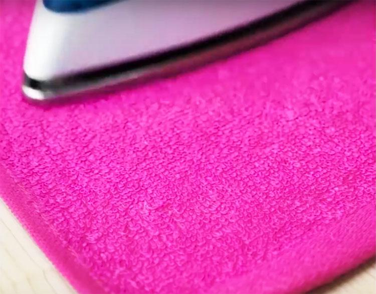 Накройте место повреждения влажным махровым полотенцем и не торопясь пройдитесь поверх него горячим утюгом