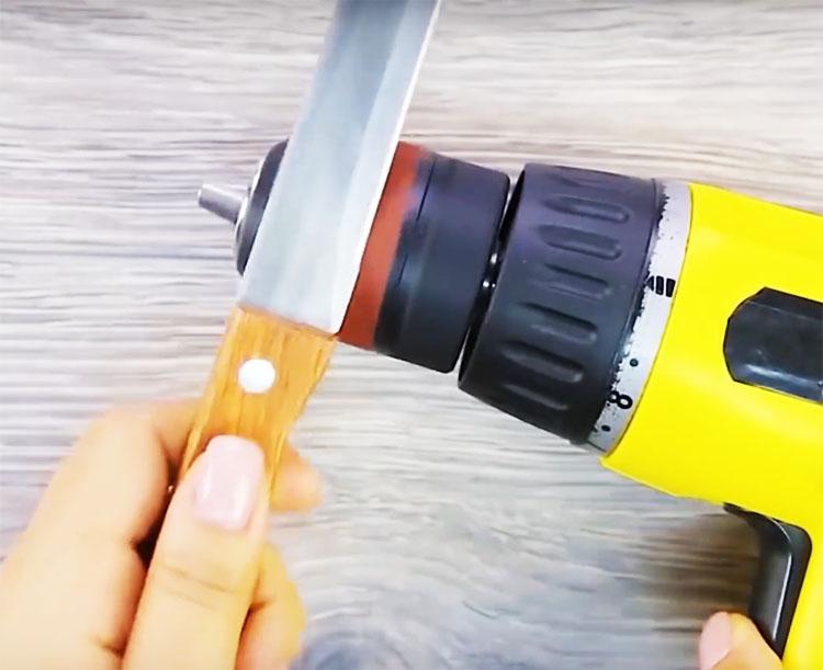 Теперь просто включите инструмент и наточите нож или отшлифуйте небольшую деталь