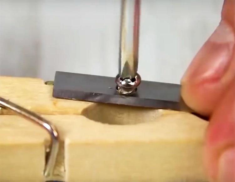 Прикрутите лезвие точилки к прищепке тем же болтом, что использовался для него в оригинальном изделии