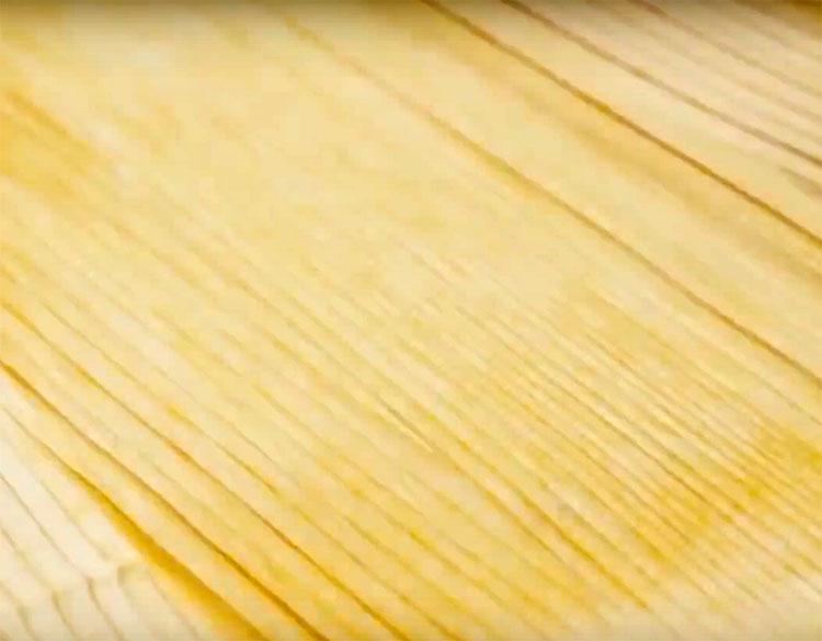 Небольшие вмятины должны расправиться от горячего пара. Волокна древесины вернутся на свои места