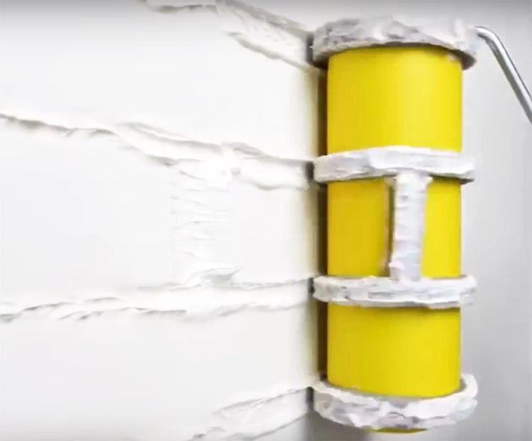 Нанесите на стену гипсовую смесь или штукатурку и, пока она не высохла, прокатите валик прямо поверх состава