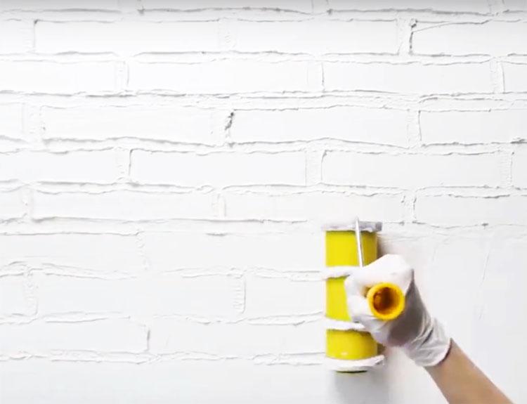 Повторите процедуру по всей поверхности стены и дождитесь высыхания штукатурки