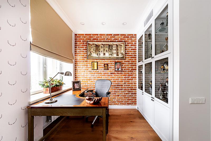 Рабочий стол изготовлен из натурального дерева