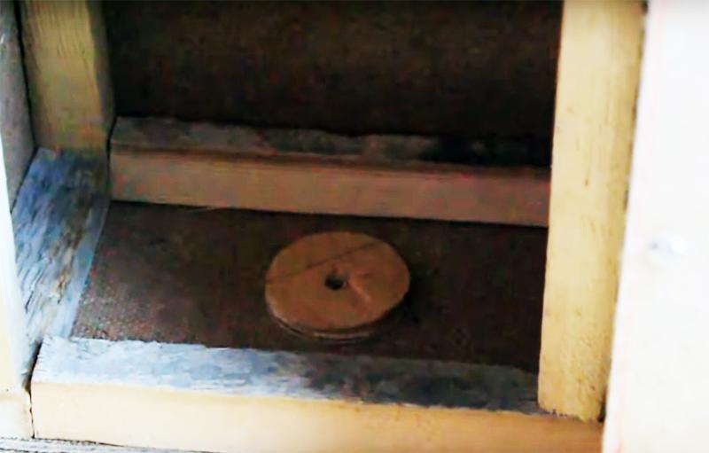 Шайбы устанавливают с внутренней стороны корпуса кормушки
