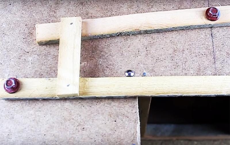 Две основные рейки механизма скреплены между собой коротким отрезком, он передаёт импульс для открывания от ступеньки к крышке кормушки