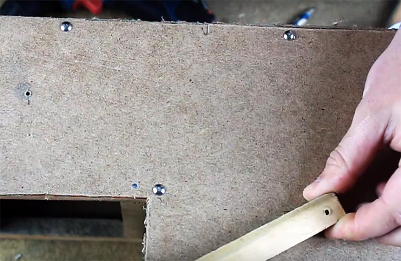 Для крепления реек механизма в корпусе кормушки нужно сделать по два отверстия с каждой стороны
