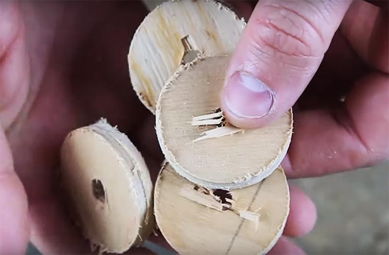 Вам потребуется 4 таких детали —по одной на каждое место крепления механизма открывания кормушки