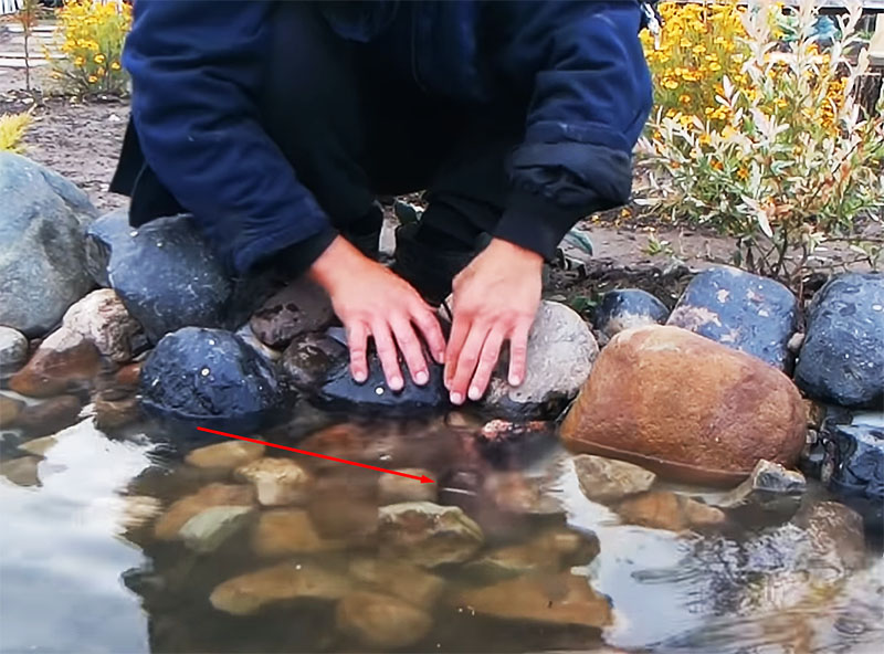 Шланг спрятан, насос размещён в пруду, можно производить проверку