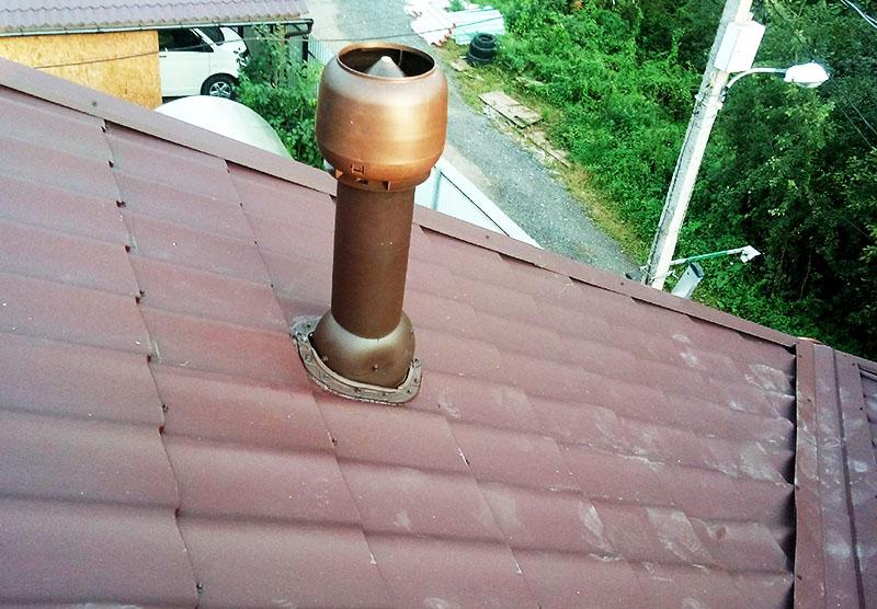Сверху вентиляционной трубы устанавливается дефлектор