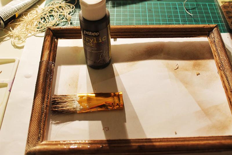 Достаньте все рамки, шкатулки и другие деревянные изделия и покройте их морилкой