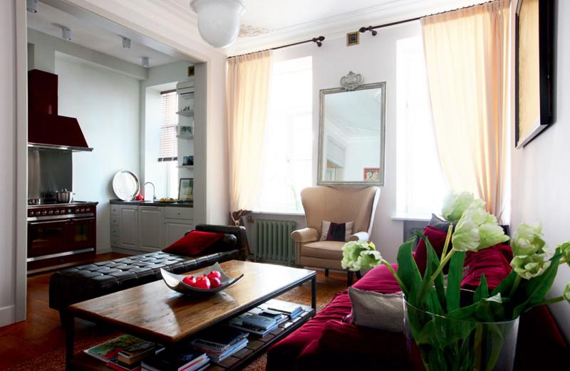 Окна в гостиной задрапировали полупрозрачными однотонными шторами нежного светло-персикового оттенка