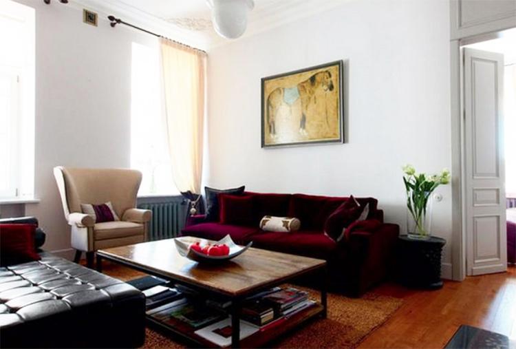 Светлое английское кресло с ушками прекрасно сочетается с яркой обивкой дивана