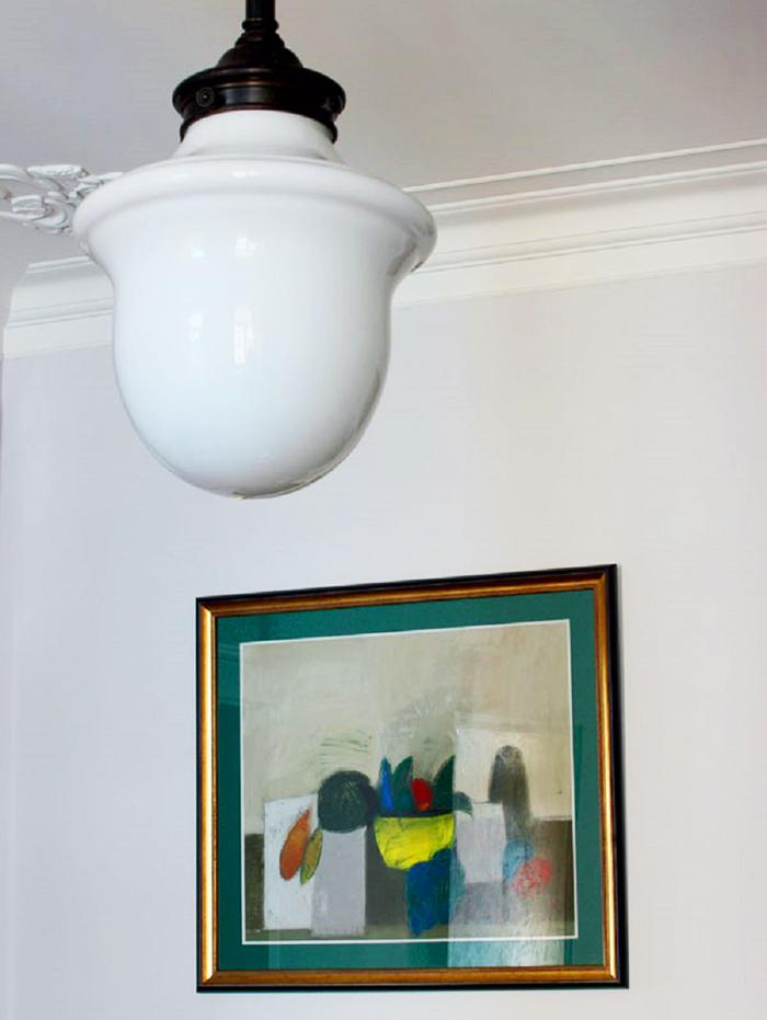 Дизайнеру удалось разыскать в одном из магазинов старинный светильник в стиле двадцатых годов прошлого века с плафоном молочного оттенка