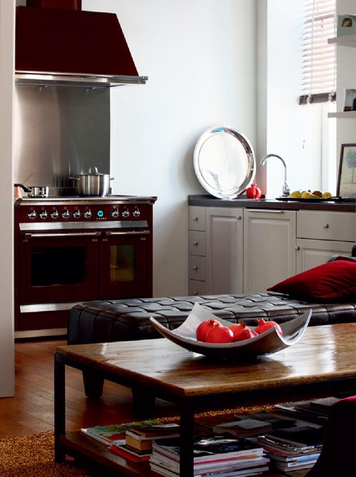 Под широким подоконником установлен полноценный кухонный блок