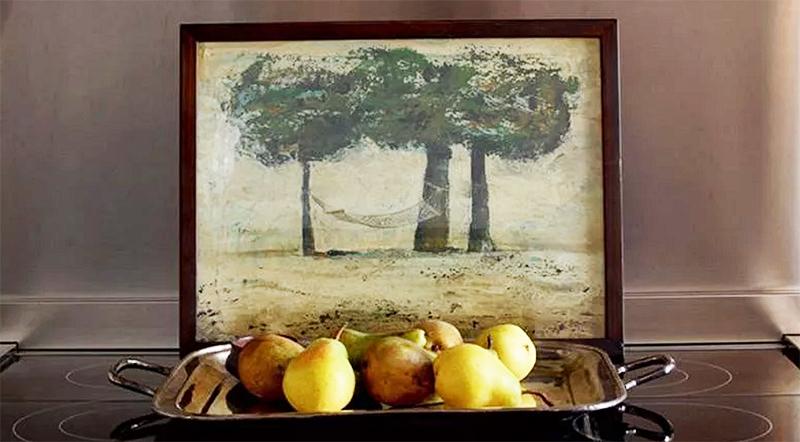 В квартире много работ художника Ираклия Сутидзе