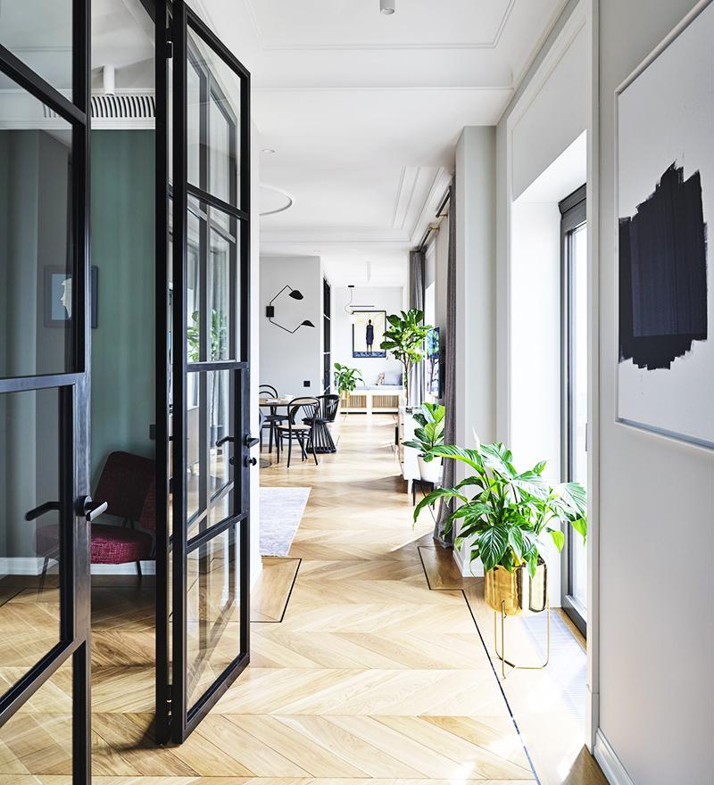 Для того чтобы не лишать комнаты дневного света, перегородки сделали из закалённого стекла