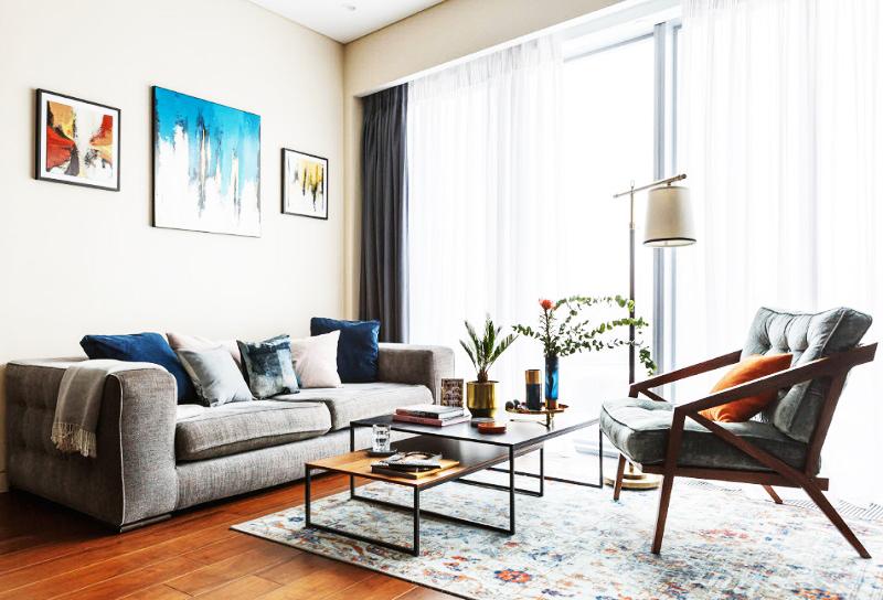 Окна во всей квартире драпировали белоснежным тюлем и портьерами тёмно-серого оттенка