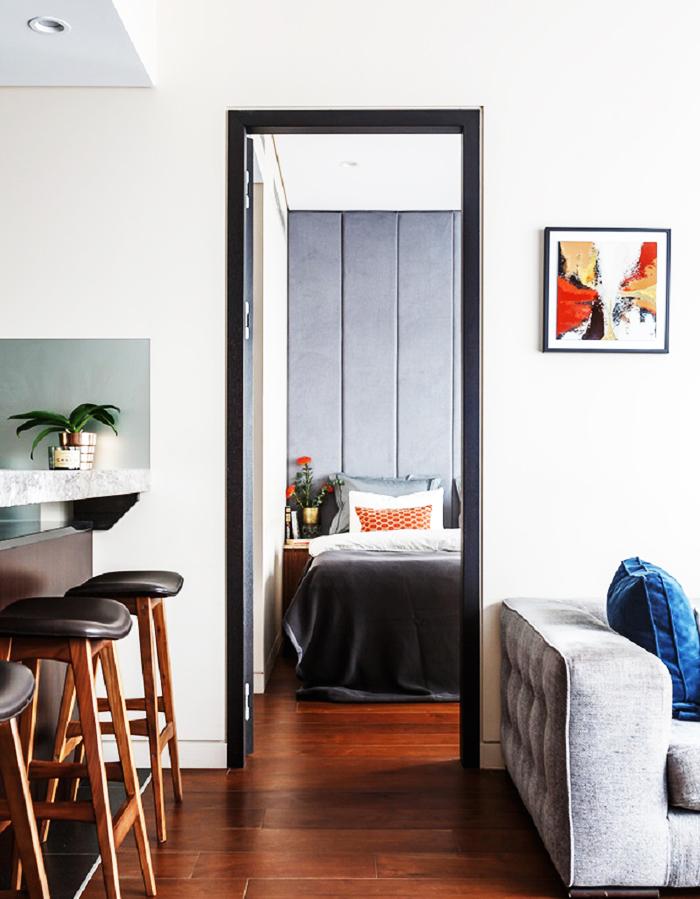 Двери тёмно-серого оттенка эффектно выделяются на фоне светлых стен