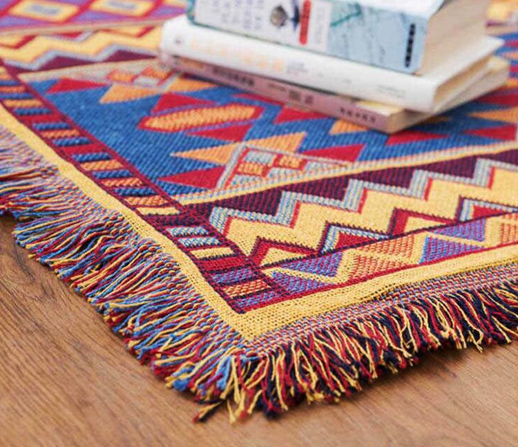 Яркие сочетания цветов покрывала килим помогут освежить однотонный интерьер