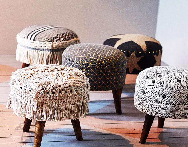 Шикарные пуфы, оформленные плетением