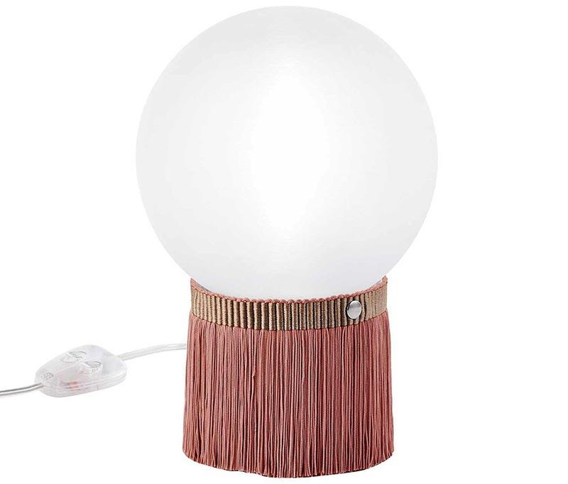 Настольная лампа с бахромой точно не останется незамеченной на прикроватном столике в спальне или кофейном столике в гостиной