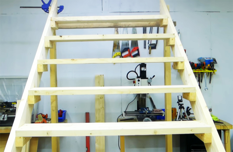 Подставленные стойки нужной высоты помогут выполнить работу правильно