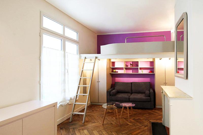 Если в квартире большое окно, разместите второй уровень так, чтобы на него попадал свет из окна