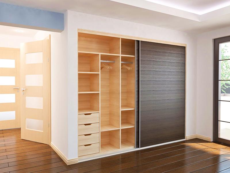 Если в вашей квартире есть большая ниша в стене, сделайте в ней шкаф, установив раздвижные дверцы