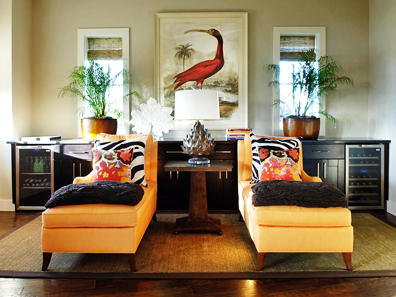 Подберите два одинаковых кресла и поставьте их на небольшом расстоянии друг от друга. Также позаботьтесь о том, чтобы это положение было продублировано другими предметами – окнами, картинами, тумбочками